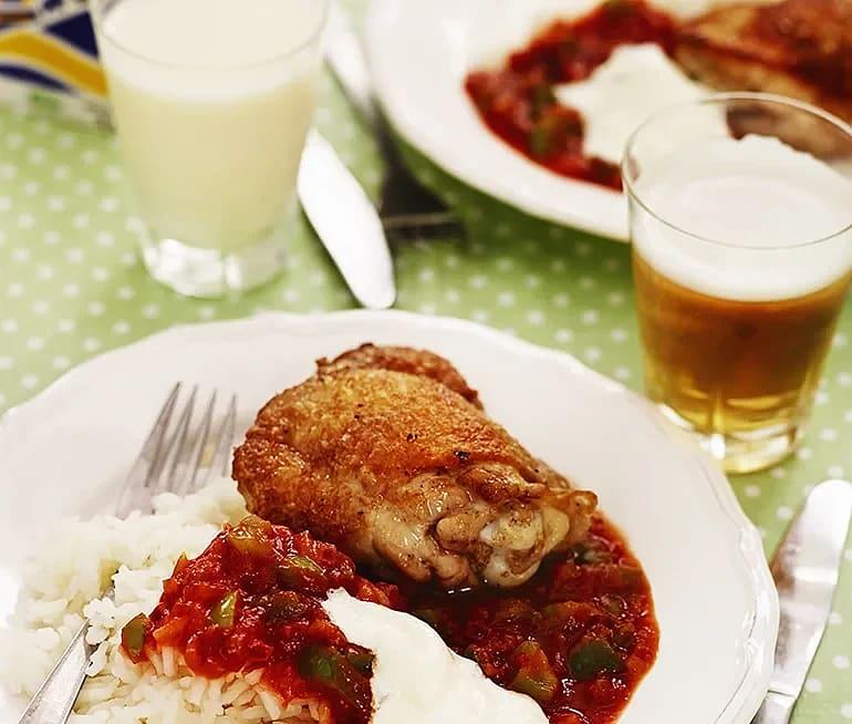 Kyckling med varm salsa och gräddfil