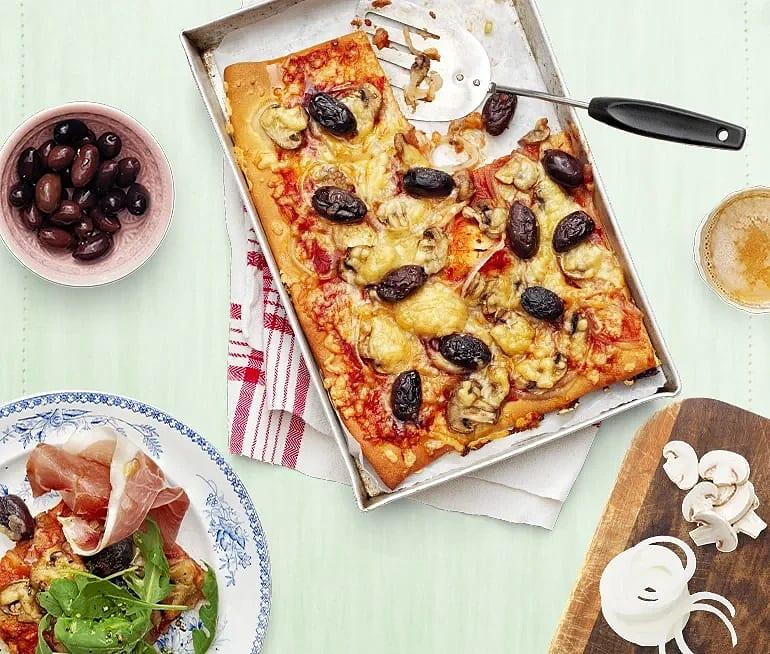 Pizza med silverlök, mozzarella och lufttorkad skinka