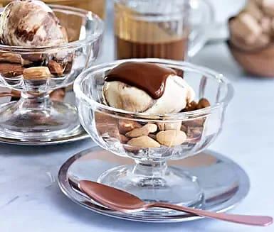 Glass med saltrostade mandlar och varm chokladsås