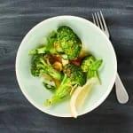 Saltinbakad wasabi och sesamlax med grillad broccoli