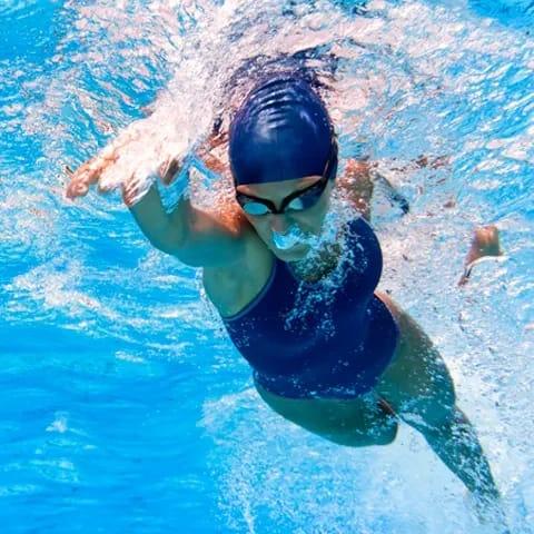 vad tränar man när man simmar
