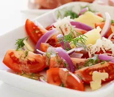 rödlök tomat sallad