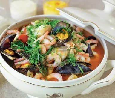 fisksoppa med musslor och räkor