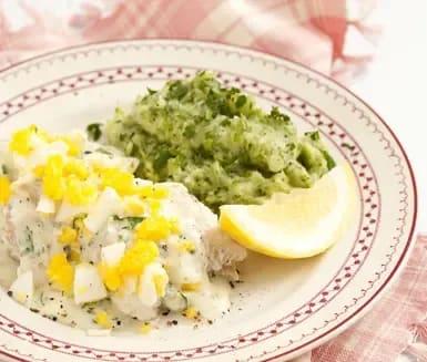 kokt fisk med ägg och persiljesås